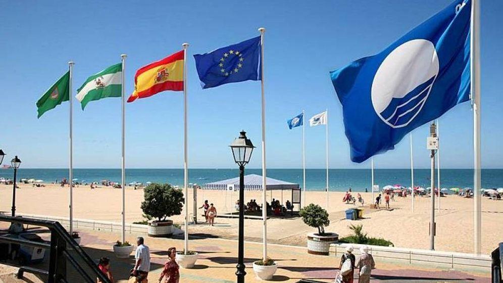 Foto: Una bandera azul en una playa española.