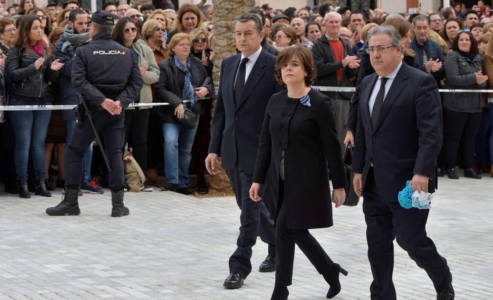 Foto: Zoido, a la llegada al funeral, con la bufanda en su mano izquierda. (EFE)