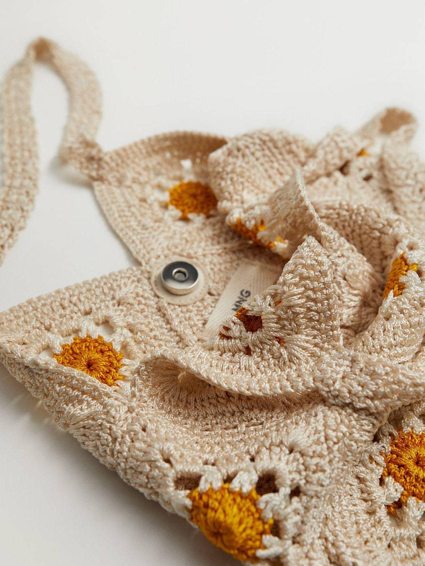 El bolso de crochet con margaritas de Mango. (Cortesía)