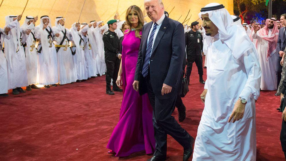 Melania deja en cueros a su marido con su (insípido) look en Arabia Saudí
