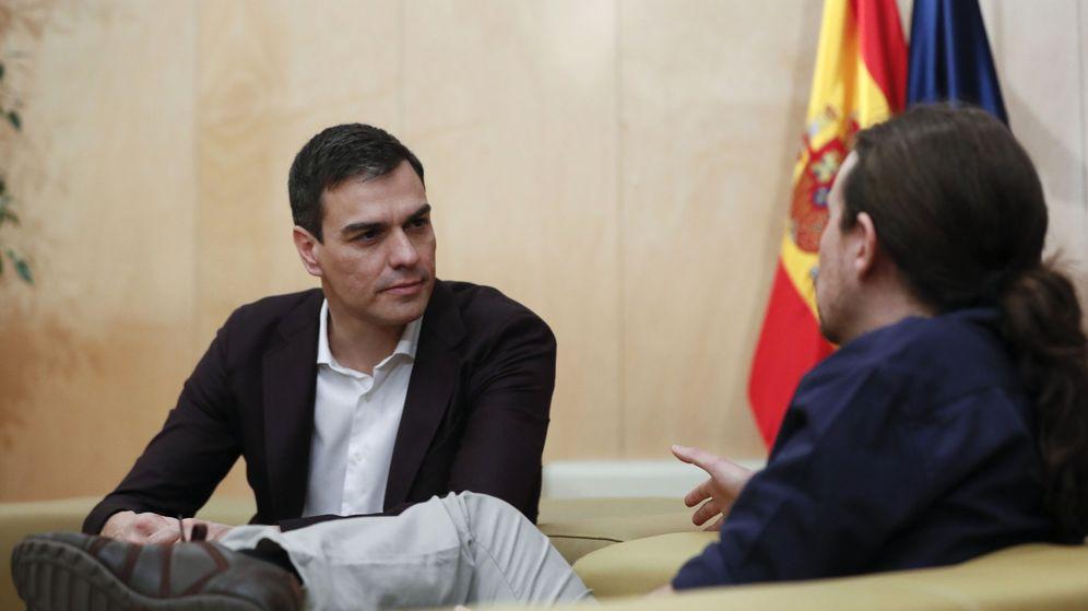 Foto: Pablo Iglesias y Pedro Sánchez durante una reunión en el Congreso durante las negociaciones entre Podemos y PSOE tras las elecciones del 20-D. (EFE)
