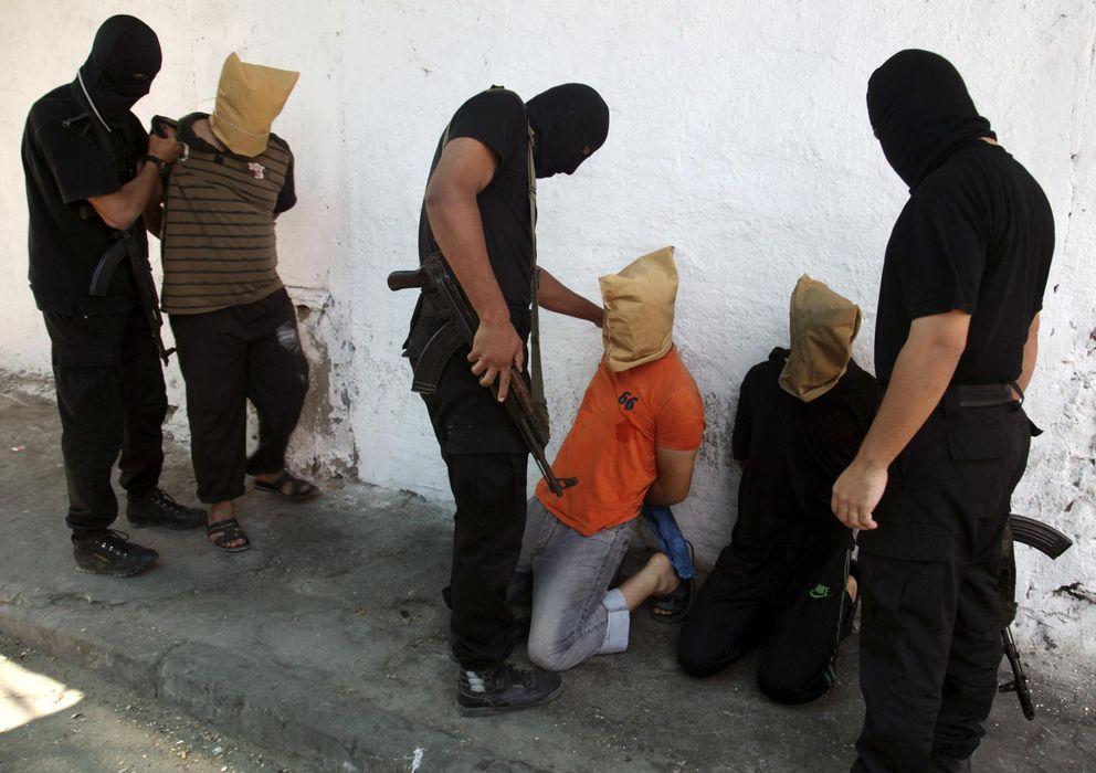 Foto: Milicianos de Hamás ejecutan a palestinos acusados de colaborar con Israel en Ciudad de Gaza el pasado 22 de agosto. (Reuters)