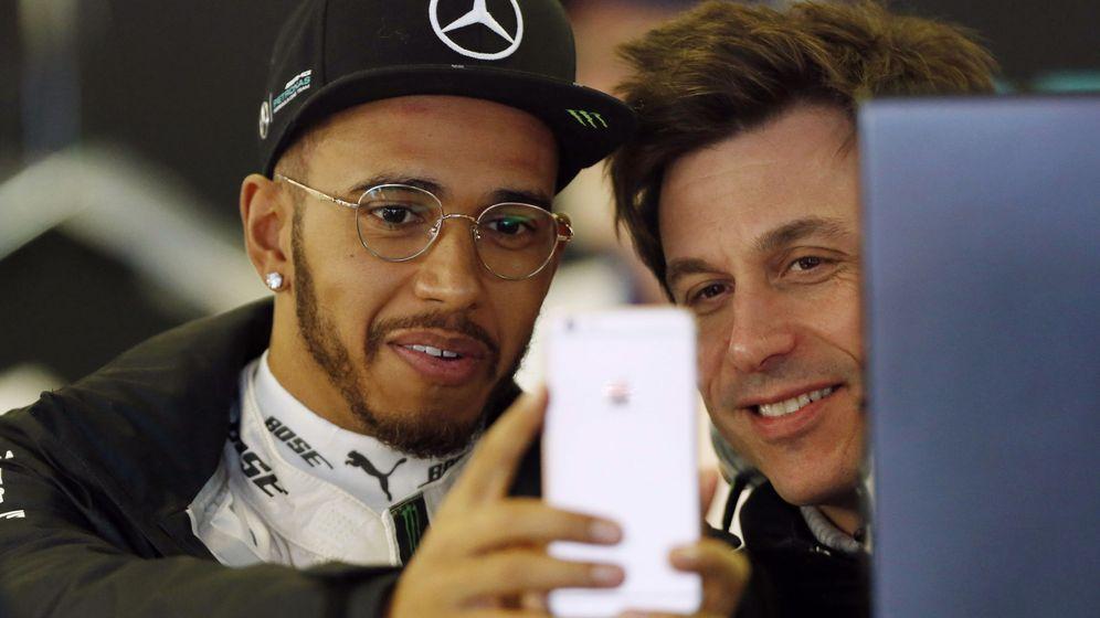 Foto: Toto Wolff junto a Lewis Hamilton (y su inseparable móvil).