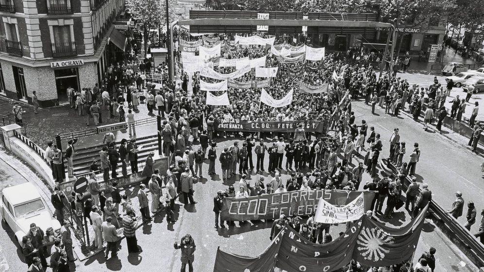 Foto: Manifestación en Madrid el 1 de mayo de 1978. Fotografía realizada en la Glorieta de Atocha. La manifestación sube por Delicias y se dirige al Paseo del Prado. (nodo50.org)