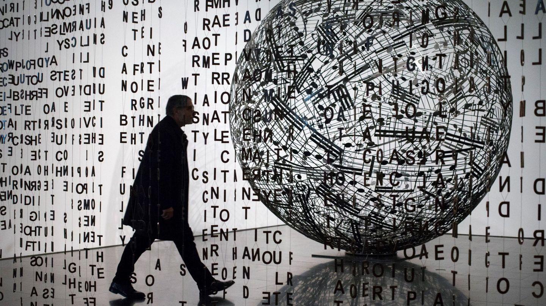 El artista plástico, escultor y grabador Jaume Plensa pasea junto a sus obras.  (EFE)