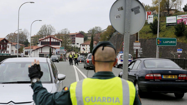 Foto: Control policial de la Guardia Civil y la Policía francesa en Hendaya, en la frontera con Francia, tras los atentados de París. EFE