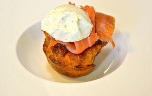 Un delicado y delicioso Yorkshire pudding con salmón y queso