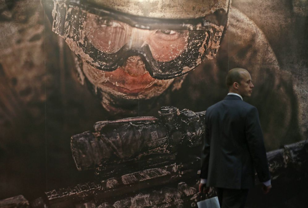 Foto: Un asistente a la feria de armamento Defence Security Equipment International (DSEI) frente a un mural decorativo, en Londres, en septiembre de 2013. (Reuters)