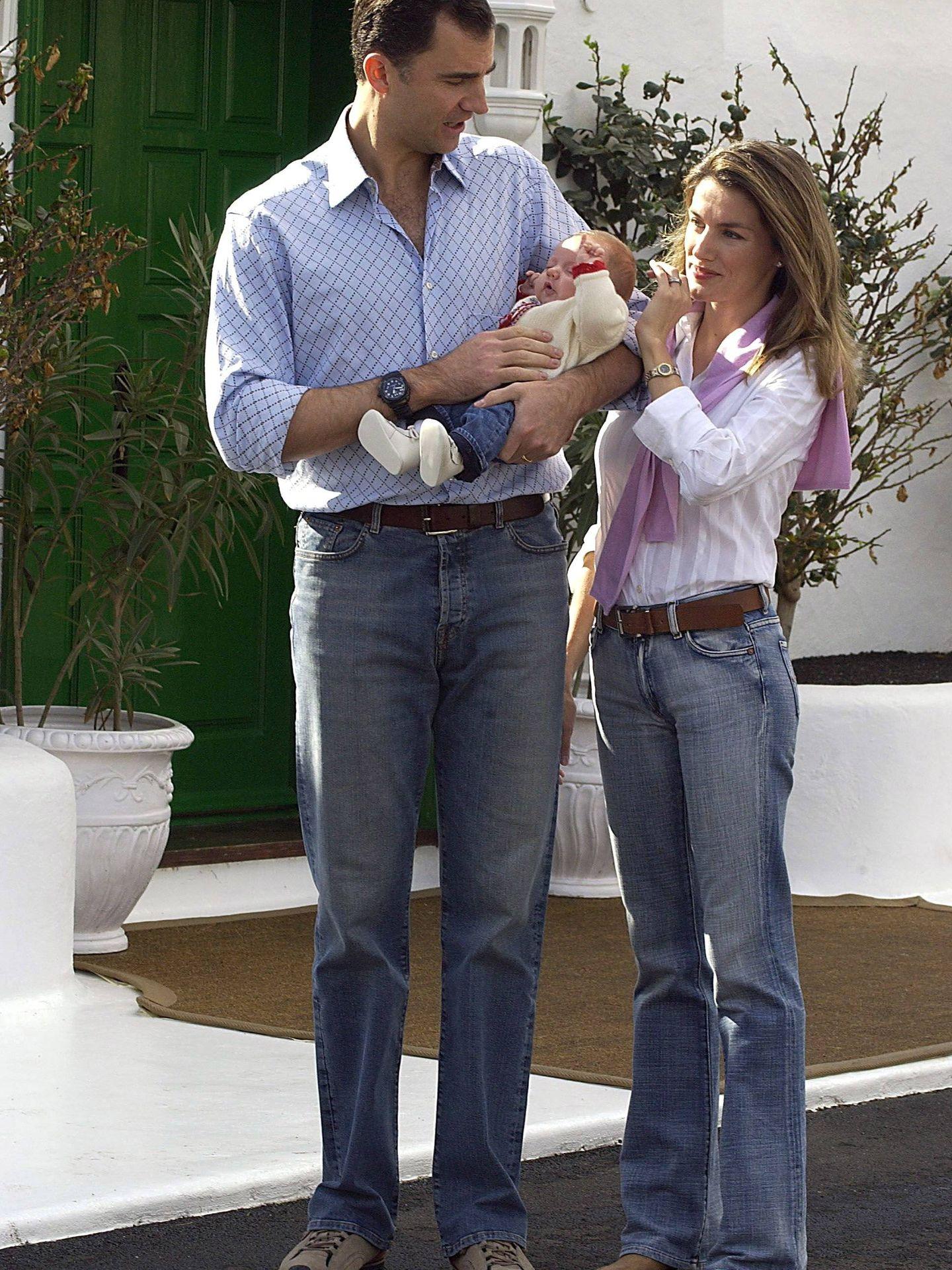 Los entonces Príncipes de Asturias, en La Mareta con Leonor en 2005. (Cordon Press)