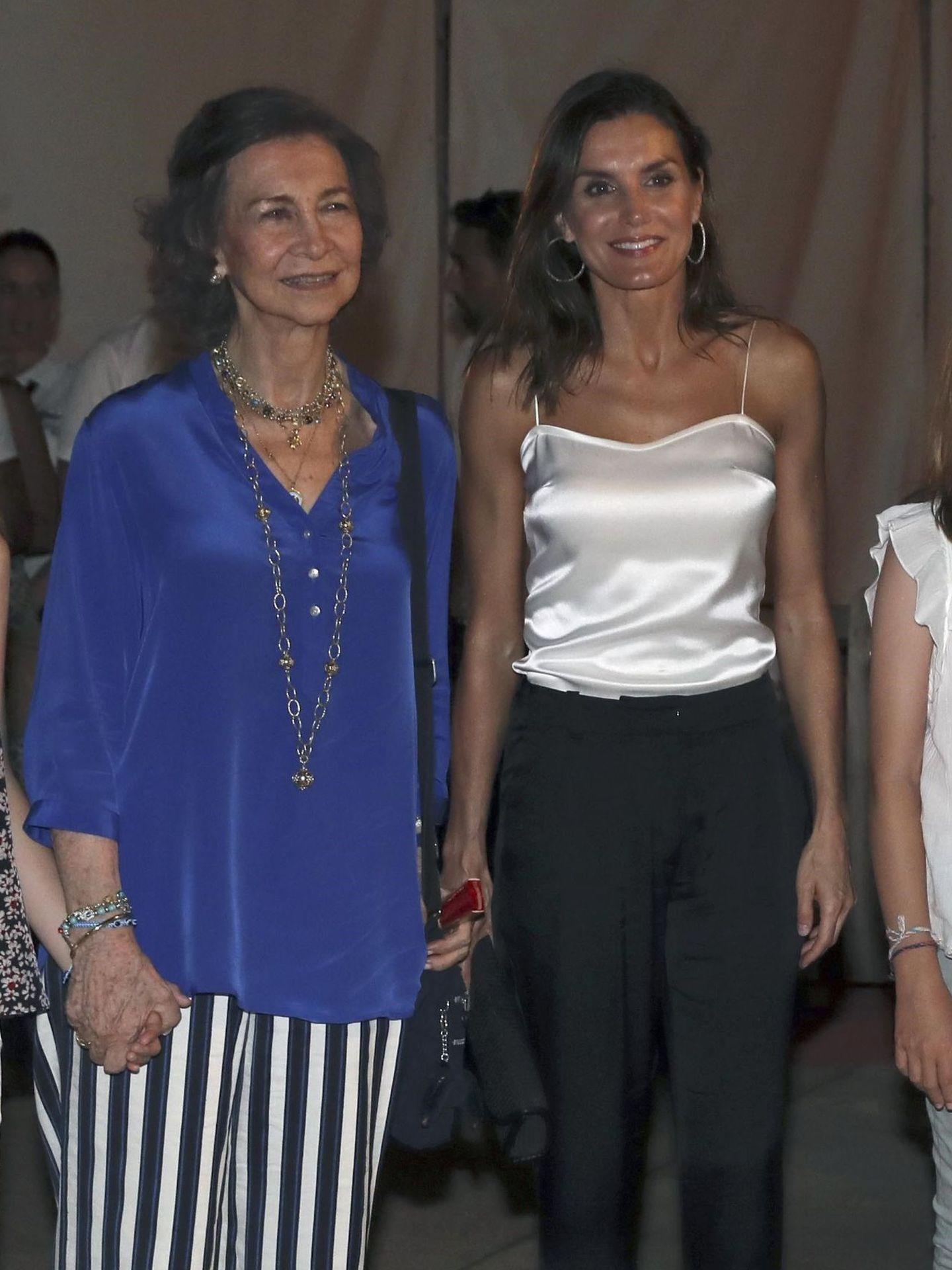 La reina Letizia posa con la reina Sofía a su salida del concierto del violinista Ara Malikian, en Palma de Mallorca. (EFE)