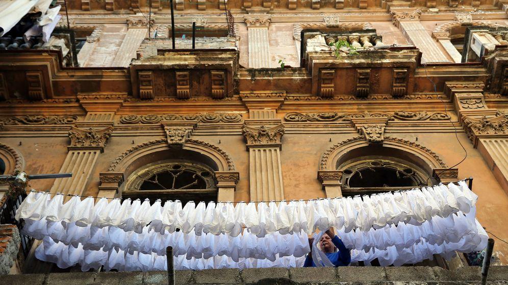 Foto: Imagen de una mujer tendiendo una colada de servilletas en La Habana. (EFE)