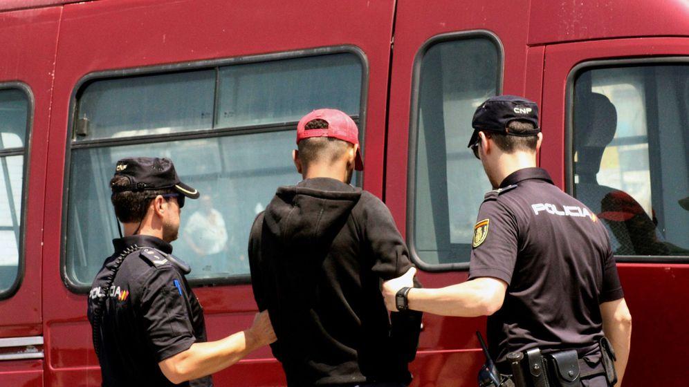Foto: La Policía detiene a un feriante. (EFE)