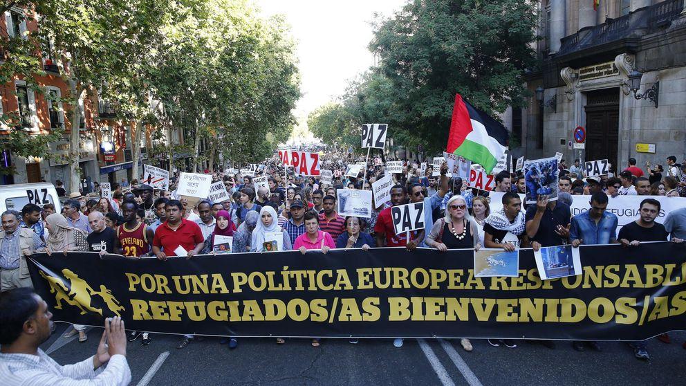 Una marea solidaria da la bienvenida a los refugiados en Madrid