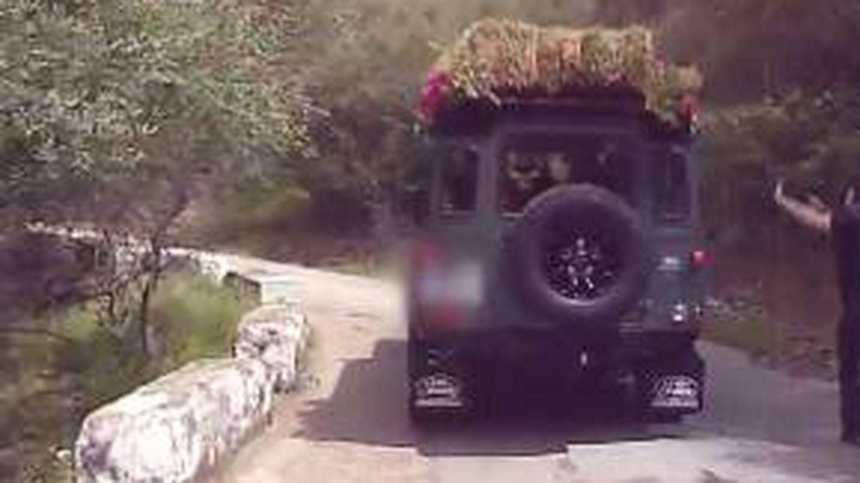 El jeep nupcial en el que ha llegado la novia y en el que luego los novios han viajado hasta la finca. (Mediaset)