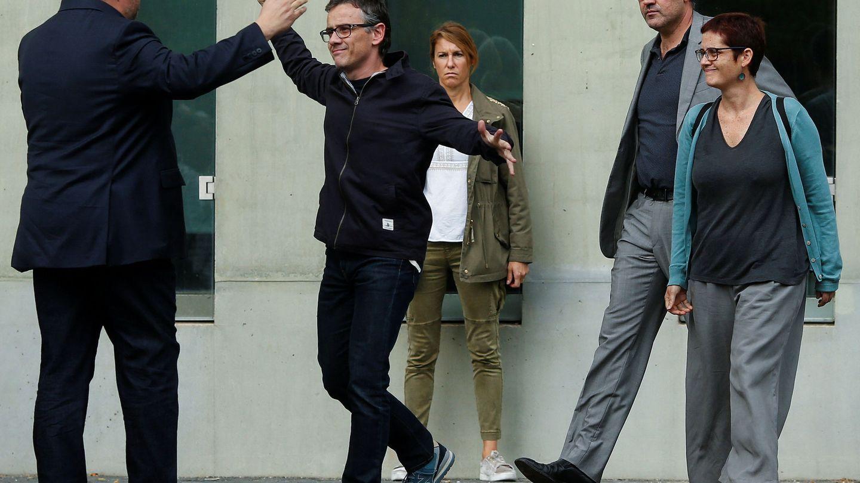 Jové (centro), tras ser puesto en libertad por la operación Anubis, se dirige a abrazar a Oriol Junqueras (izda.). (Reuters)