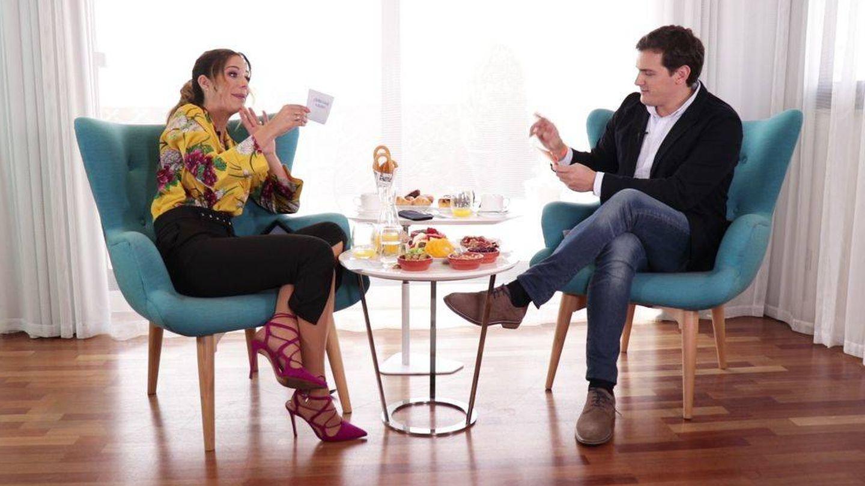 Tamara Gorro entrevistando a Albert Rivera. (Mediaset España)
