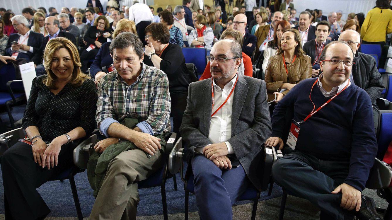 Foto: Los presidentes Susana Díaz (Andalucía), Javier Fernández (Asturias) y Javier Lambán (Aragón) y el líder del PSC, Miquel Iceta, durante el comité federal de este 30 de abril. (EFE)