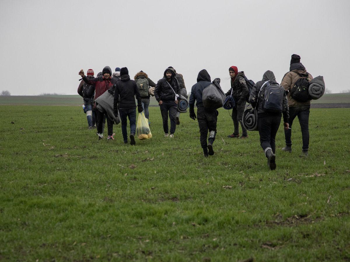 Foto: Inmigrantes caminan hacia la frontera con Hungría en territorio rumano. (Reuters)