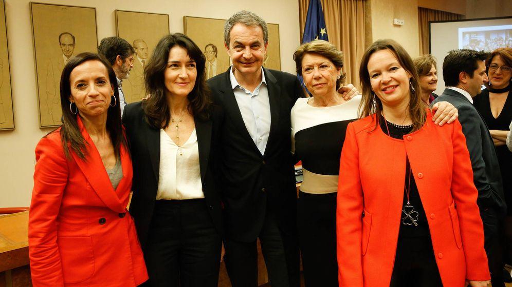 Foto: Zapatero, con sus exministras Beatriz Corredor, Ángeles González-Sinde, Magdalena Álvarez y Leire Pajín, el pasado 3 de abril en el Congreso. (Inma Mesa / PSOE)