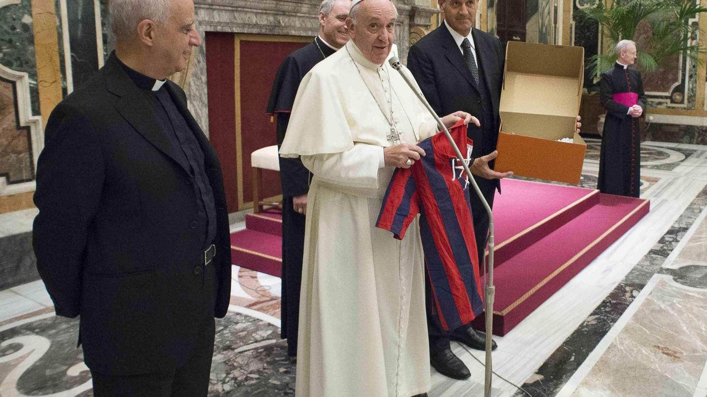 El papa Francisco, posando con la camiseta del San Lorenzo. (EFE)