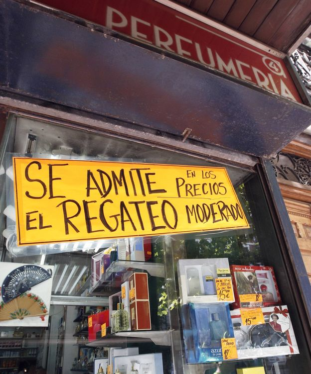 Foto: Escaparate de una perfumería madrileña que en el inicio de la crisis recurrió al regateo. (EFE)