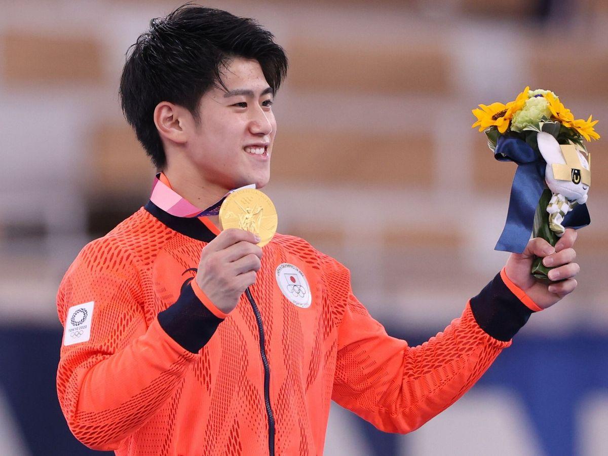 Foto: El gimnasta japonés Daiki Hashimoto celebra su medalla de oro. (EFE)