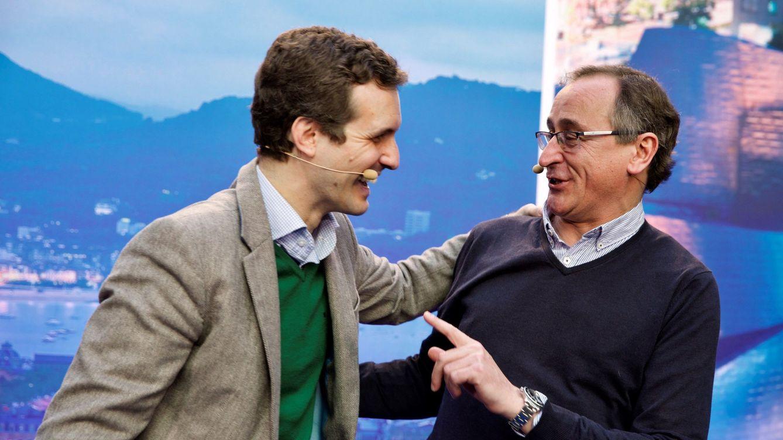 Foto: El presidente nacional del PP, Pablo Casado, y el del País Vasco, Alfonso Alonso (d). (EFE)
