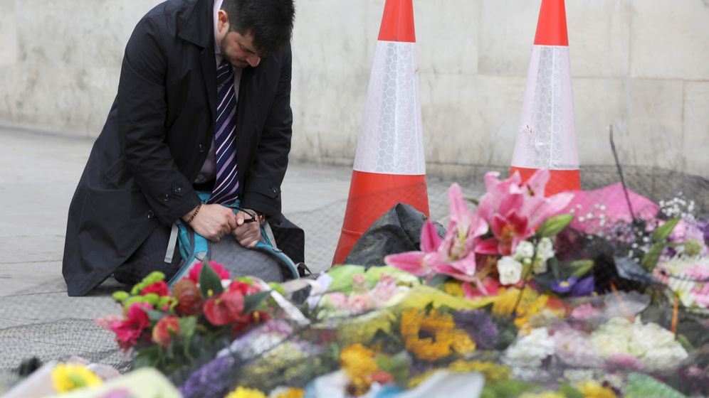 Foto: Un hombre recuerda a las siete víctimas mortales del último atentado en Londres. (Reuters)