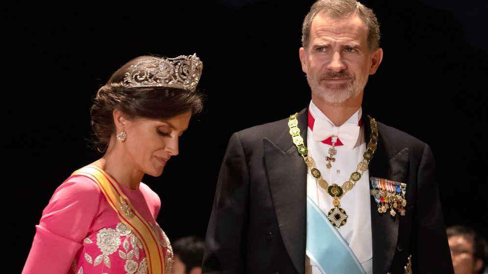 Foto: Los Reyes, a su llegada al Palacio Imperial. (Getty)