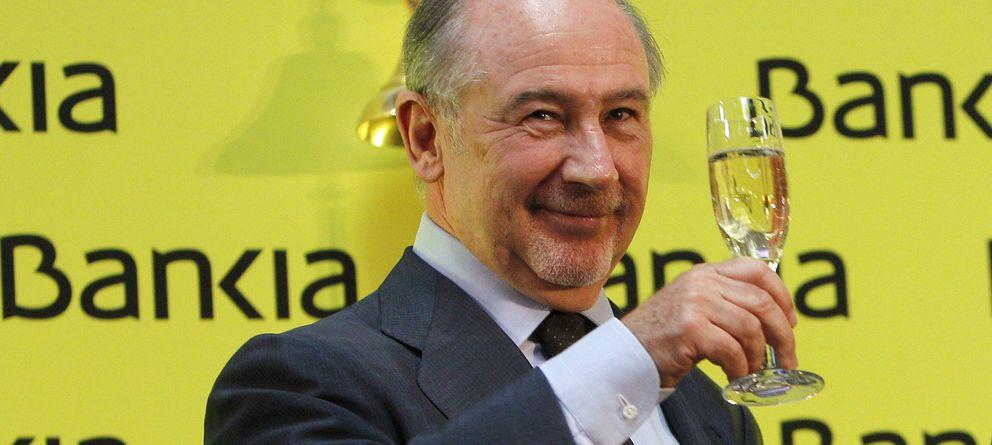 Foto: Rodrigo Rato brinda tras dar el tradicional toque de campana en el inicio de la negociación en bolsa de las acciones de Bankia. (EFE)