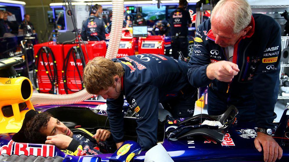 Foto: Ricciardo (i) habla con Helmut Marko. (Getty)