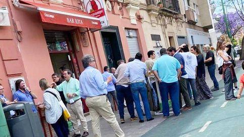 Bares en fase 1: pocos abiertos y multas por beber apiñados en Sevilla