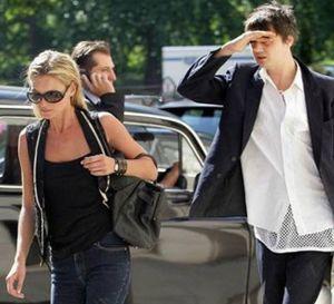 Pete Doherty utiliza un periódico para pedir a Kate Moss la enésima oportunidad