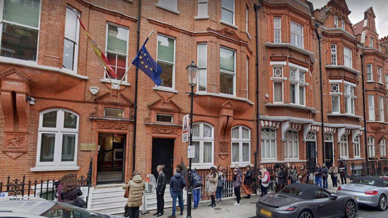 El 'caso del orinal' desata la furia contenida de los españoles contra su consulado en Londres