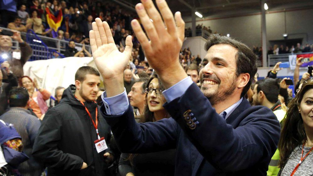 Foto: El candidato de Izquierda Unida-Unidad Popular, Alberto Garzón, saluda a los simpatizantes en el cierre de campaña. (Efe)