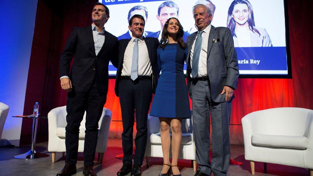 Foto: Inés Arrimadas, Mario Vargas Llosa, Albert Rivera y Manuel Valls en el acto de campaña de Cs. (EFE)