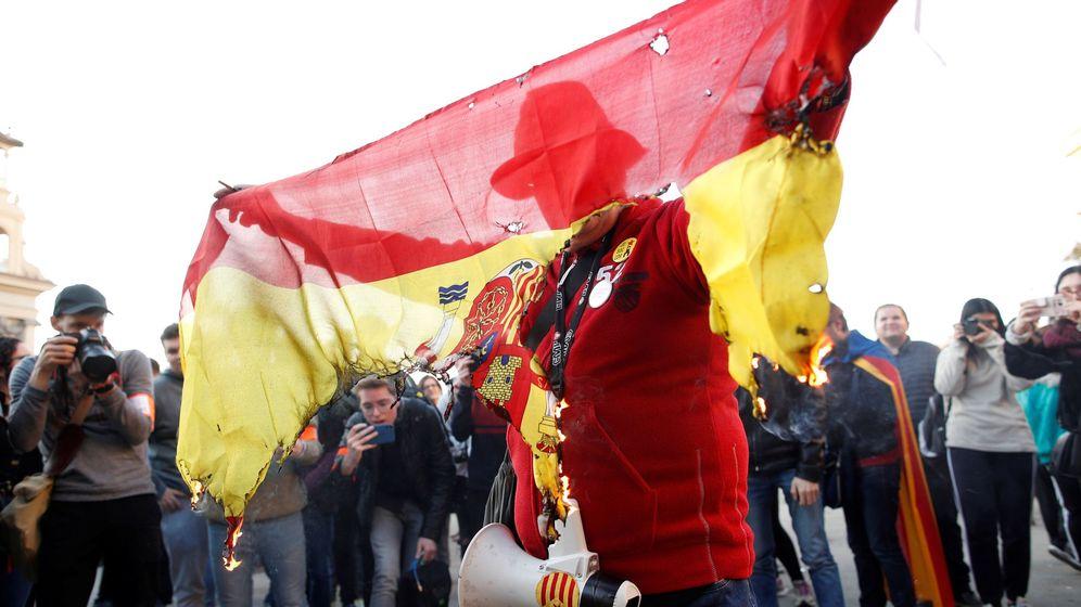 Foto: Un hombre quema una bandera española en una manifestación convocada por los Comités de Defensa de la República. (EFE)