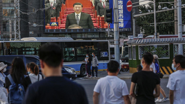 Un grupo de personas mira unas pantallas con un discurso del presidente Xi Jinping. (Reuters)