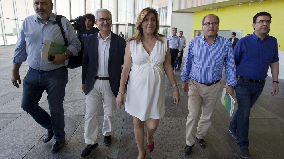 Foto: La presidenta de la Junta de Andalucía, Susana Díaz (c), junto al consejero Jiménez Barrios (2i) y el secretario Juan Cornejo (2d). (EFE)
