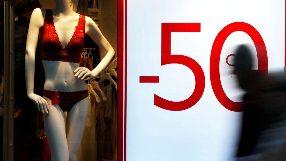 Foto: Vista de un escaparate que anuncia un 50% de rebajas. (EFE)