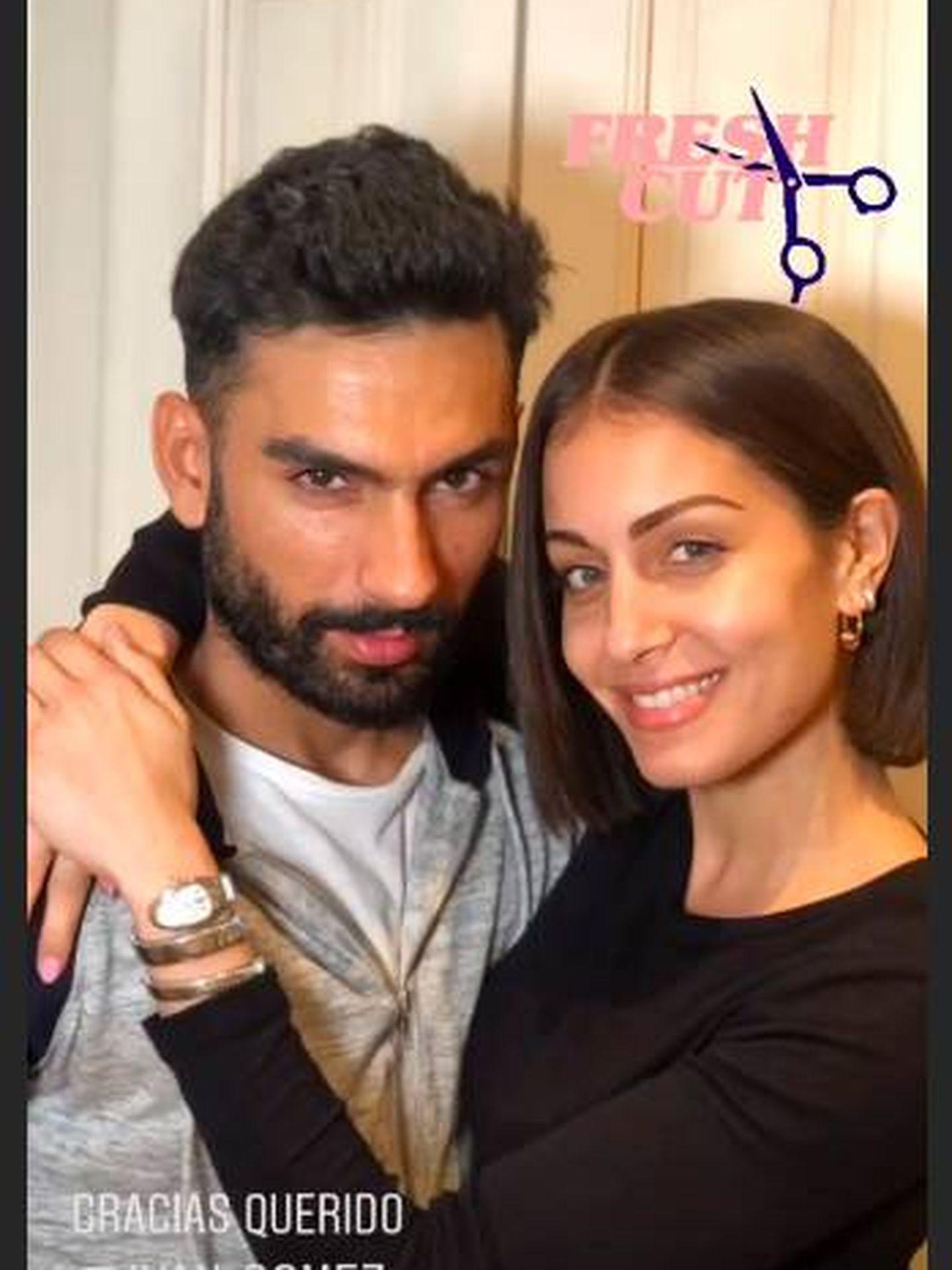 Hiba Abouk luciendo su nuevo corte bob junto a su estilista en un storie.  (Instagram)