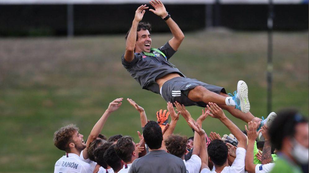 Foto: Raúl es manteado por los jugadores tras ganar la primera Youth League. (foto uefa youth league)