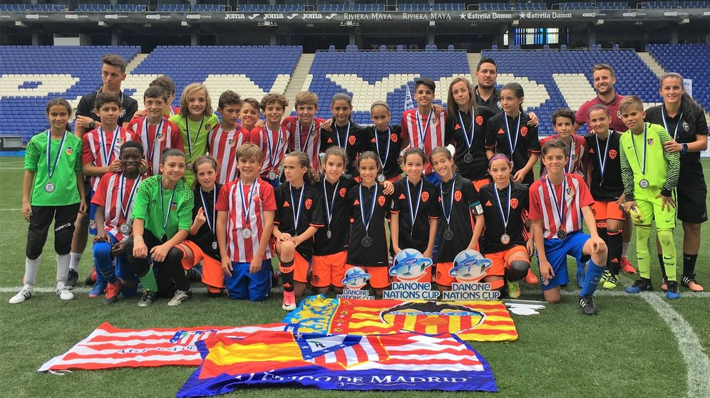 Foto: Ambos equipos posaron juntos tras el torneo. (Danone Nations Cup)