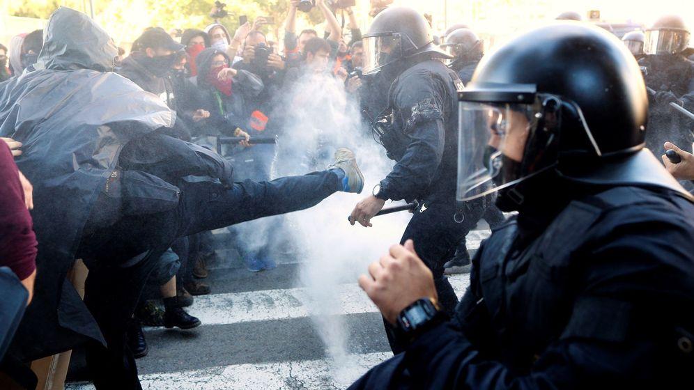 Foto: Los Mossos d'Esquadra cargan en Barcelona contra manifestantes de los Comités de Defensa de la República. (EFE)