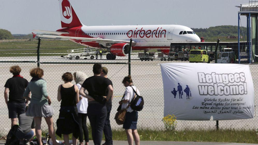 Foto: EFE|Integrantes de una ONG alemana observan un avión en el aeropuerto de Rostcok-Laage en el que cerca de 100 refugiados serán deportados a países como Albania o Serbia