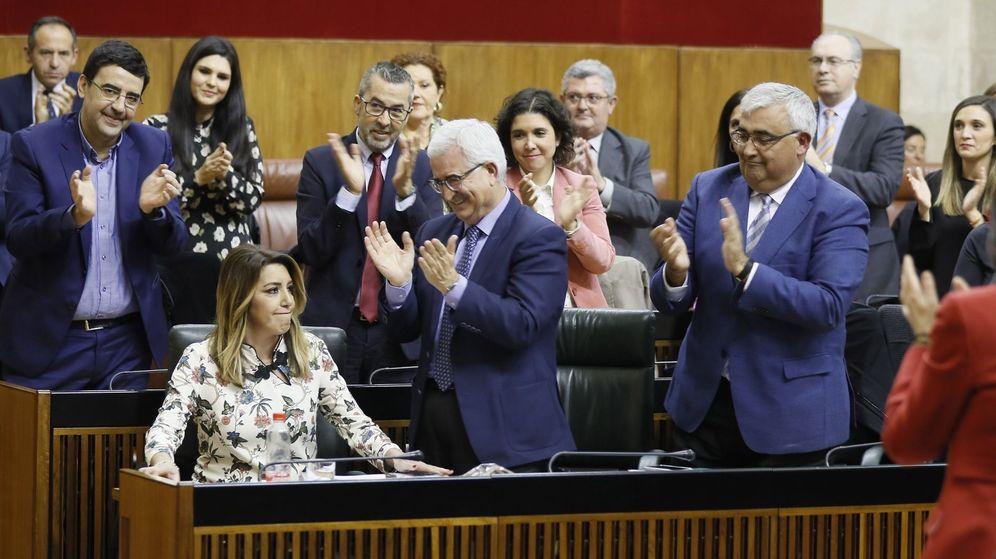 Foto: La hasta ahora presidenta del Ejecutivo, Susana Díaz, es aplaudida por su grupo parlamentario. (EFE)