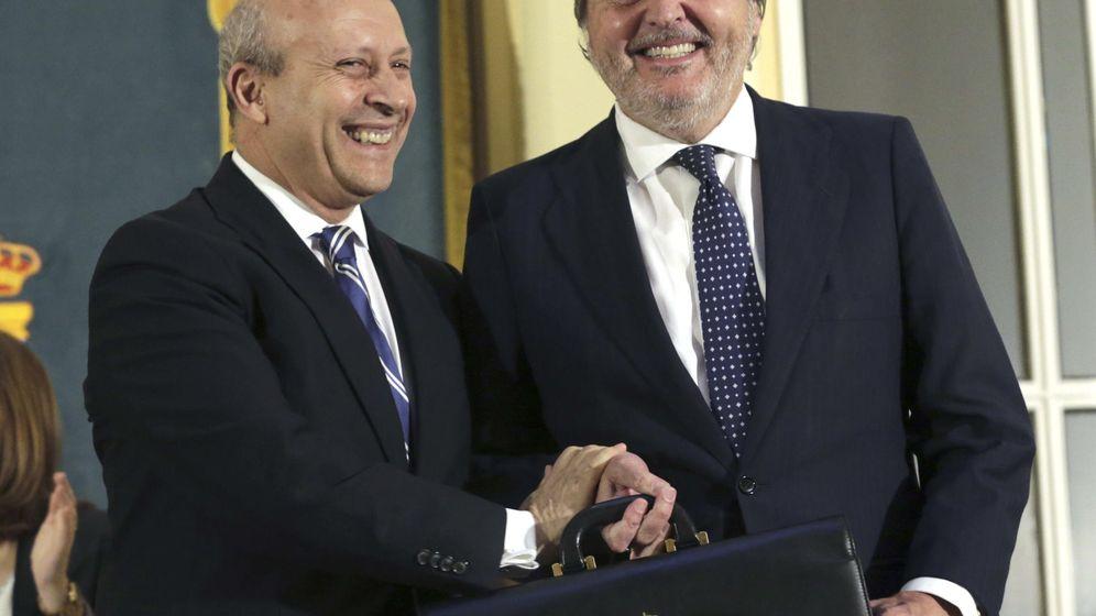Foto: Méndez de Vigo recibe de su antecesor en el cargo, José Ignacio Wert, la cartera como nuevo ministro de educación (Foto: EFE/Zipi)