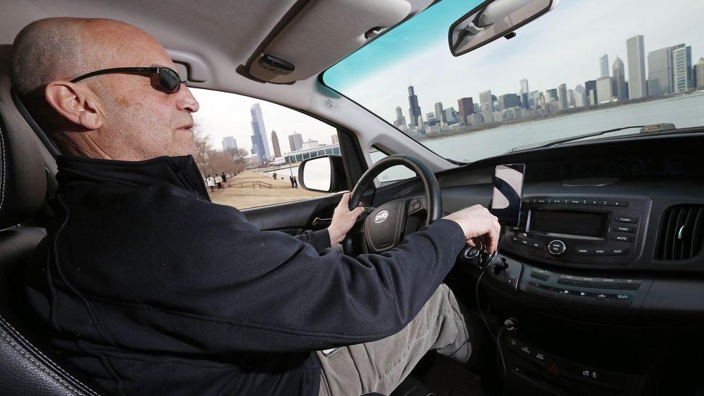Foto: El conductor de Uber Glen Snower dando un servicio en Chicago. (Reuters)