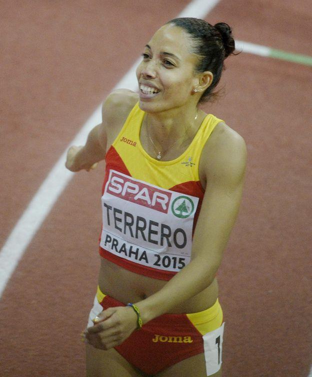Foto: Indira tras lograr la plata en 400 metros (Efe).