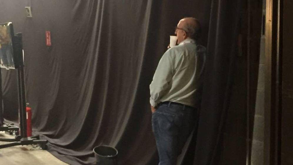Foto: Jaume Roures observa los monitores instalados en el Centro Internacional de Prensa durante el 1-O. (EC).